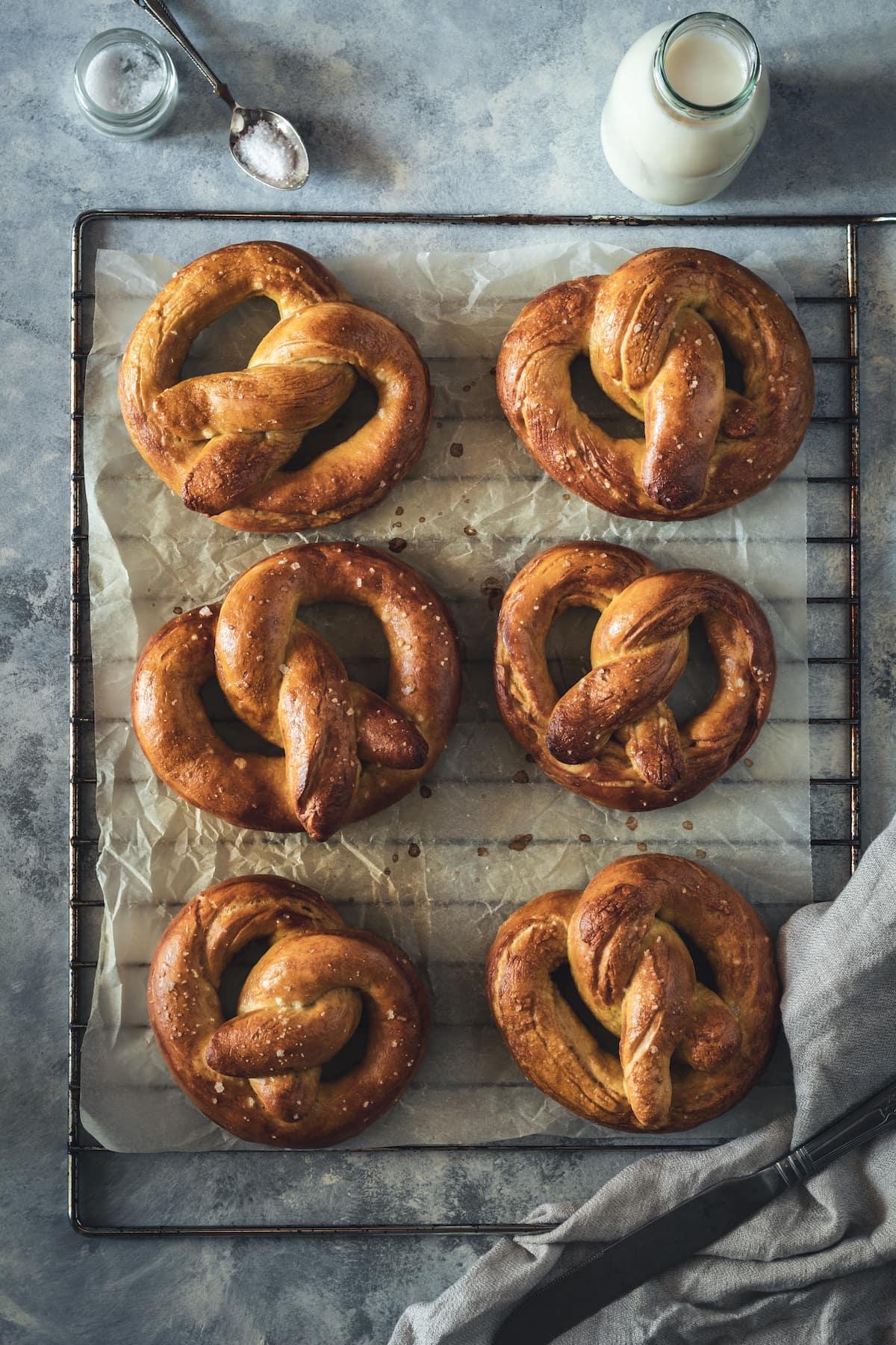 6 pretzels on a cooling rack.