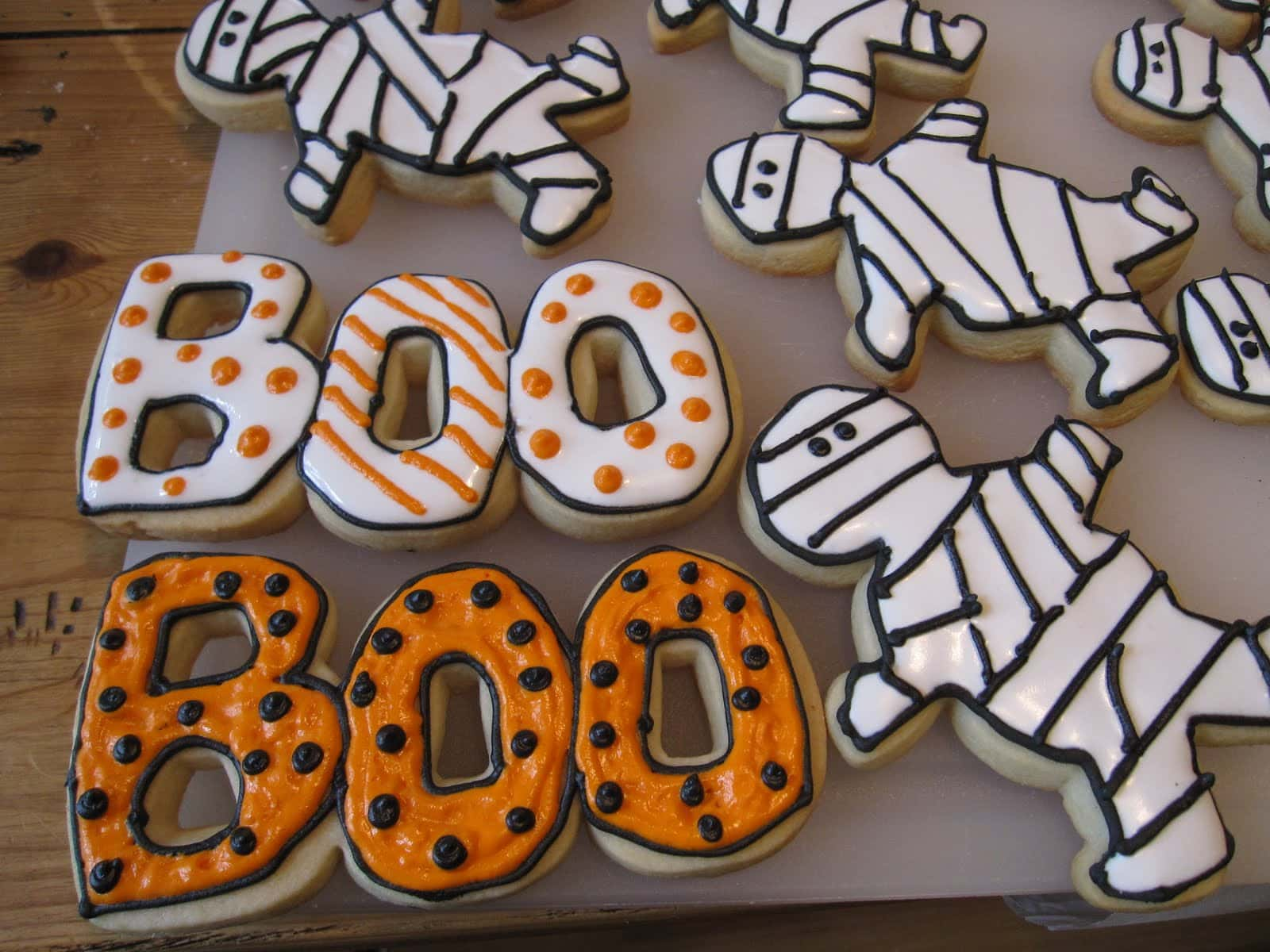 Mummy and Boo frosted halloween cookies