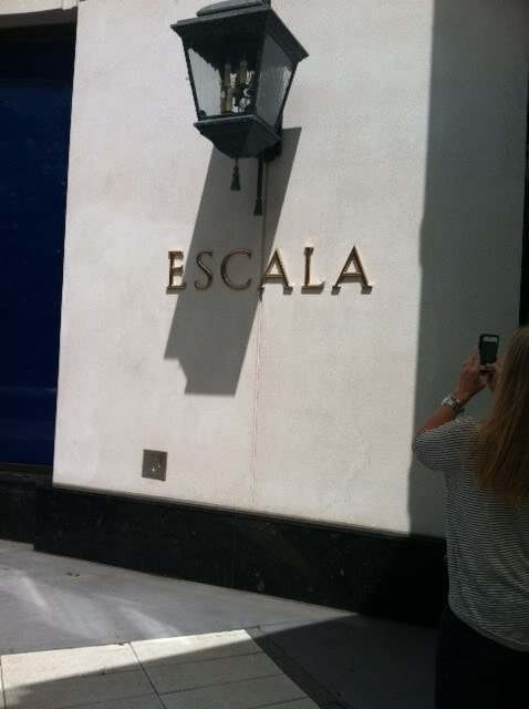 The word Escala on the side of a white building