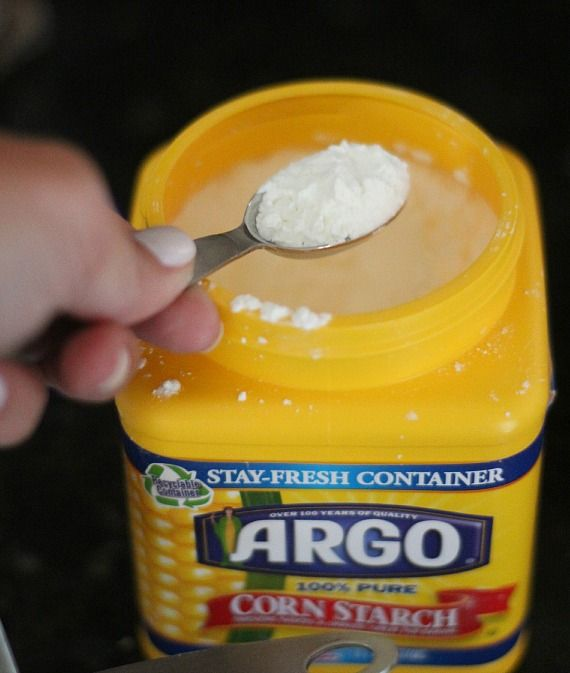 A container of Argo corn starch with a measuring scoop