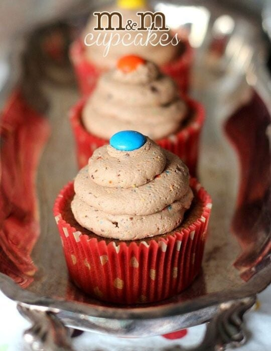 M&M Cupcakes ~ M&M Frosting on top of a delciouis MIlk Chocolate Cupcake! | www.cookiesandcups.com | #cupcakes #candy #frosting #M&M