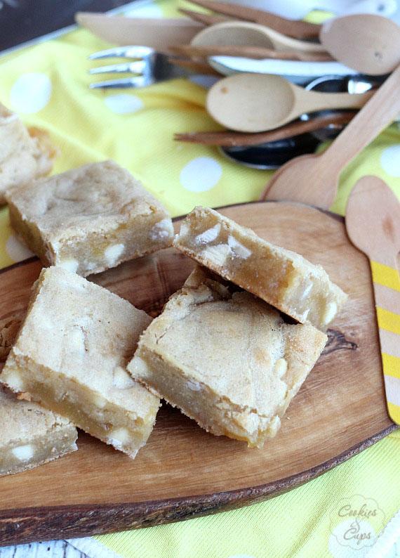 White Chocolate Lemon Blondies   www.cookiesandcups.com   #blondies #whitechocolate #lemon