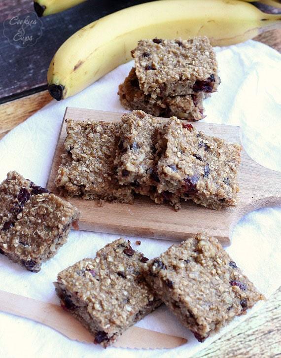 Banana Split Granola Bars   www.cookiesandcups.com   #banana #granola #recipe