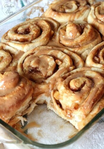 Caramel Apple Cinnamon Rolls | www.cookiesandcups.com