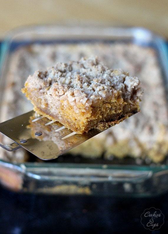 Pumpkin Crumb Cake | www.cookiesandcups.com | #pumpkin #baking #recipe #cake