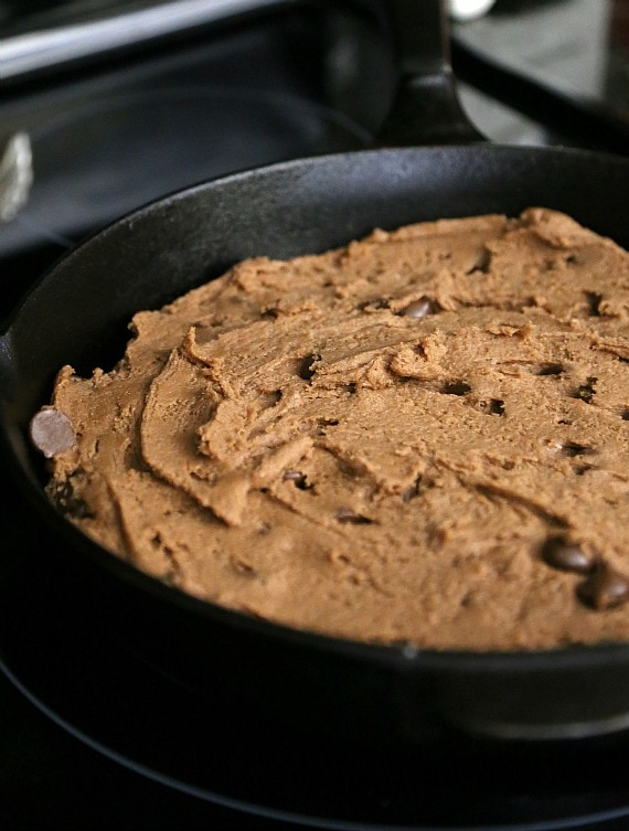 Nutella Skillet Cookie ~ A Chocolate Hazelnut cookie baked right in your cast iron skillet!  I a delicious and chocolatey easy dessert! www.cookiesandcups.com