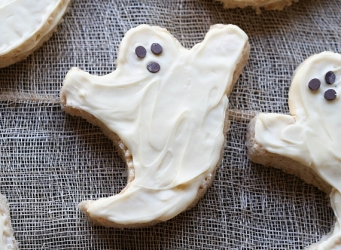 Simple Krispie Treat Ghosts!