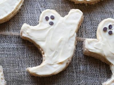 Simple Krispie Treat Ghosts!