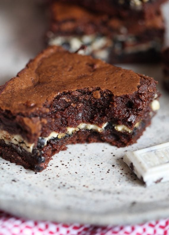 Cookies and Cream Stuffed Brownies! Soft, Fudgy Brownies filled with ...