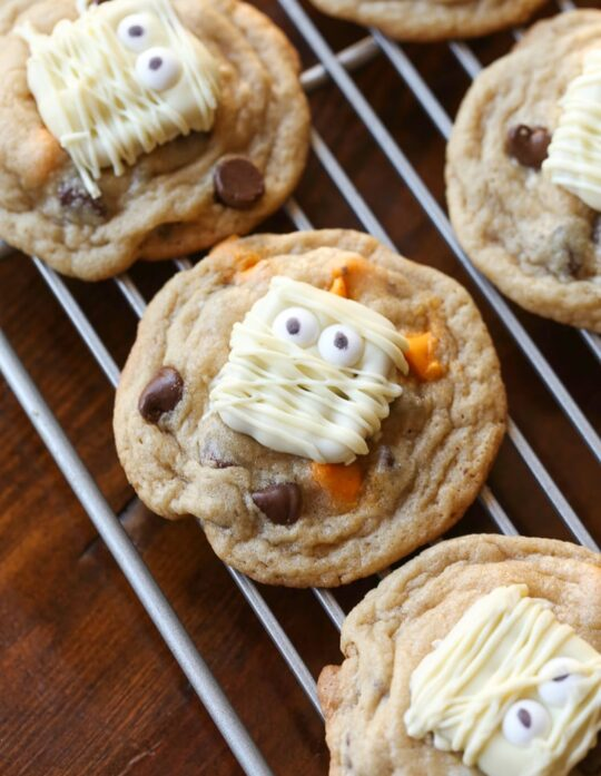 Paranormal Pretzel Cookies!! Simple Pretzel mummies on top of thick chocolate chip cookies with festive Halloween chips!