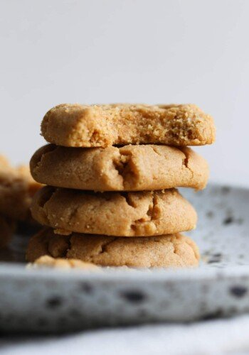 Flourless Peanut Butter Cookies! So much peanut butter packed into one soft cookie!