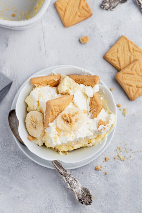 Cookies, banana slices, and pudding in a bowl.
