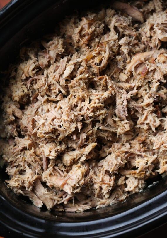 Retalhado puxou carne de porco Kalua em uma panela de barro.