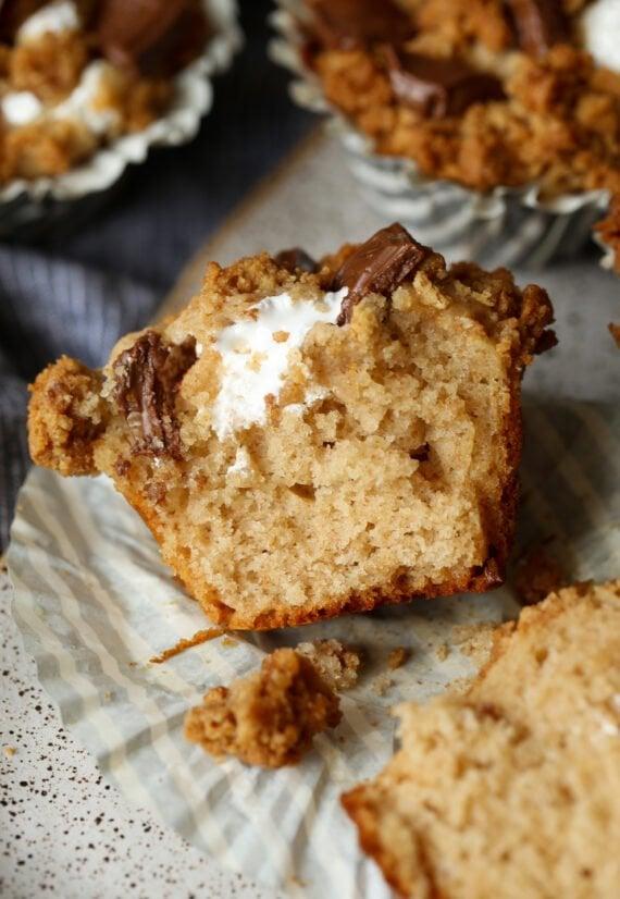 Muffin de S'mores cortado ao meio
